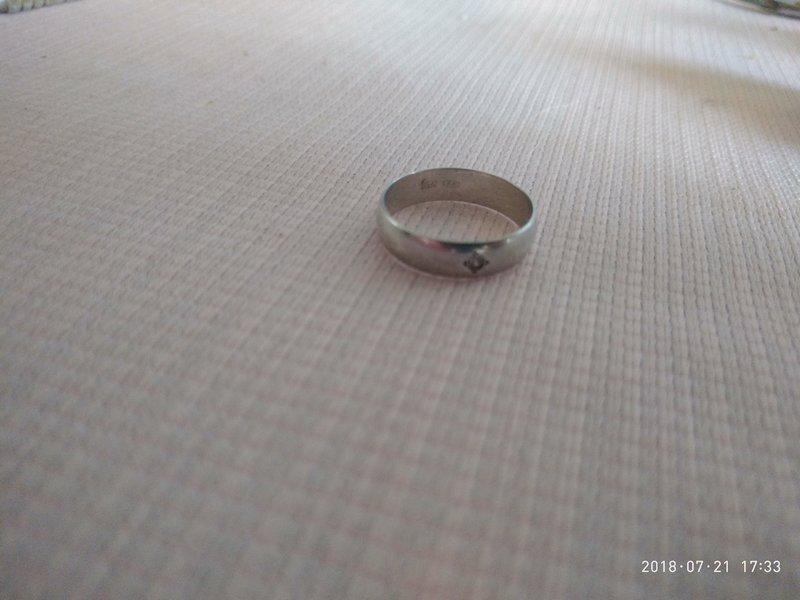вид сверху на серебрянное кольцо с розовым бриллиантом.jpg